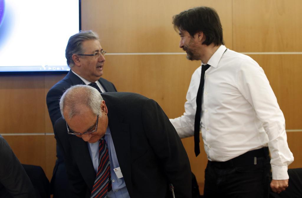 Rafael Mayoral, representante de Unidos Podemos, saluda al ministro...