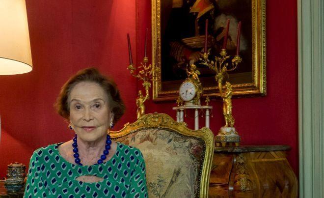 Carmen Franco, en el salón de su casa, delante de un retrato de su...