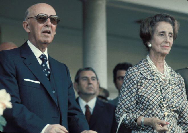 Sus padres, Francisco Franco y Carmen Polo, en un acto de comienzos de...
