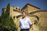 El alcalde de Villanueva de Sijena ante el monasterio