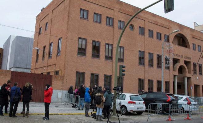 Diversos periodistas a las puertas del Palacio de Justicia de Aranda de Duero.