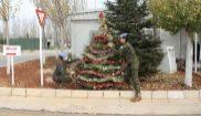 Dos militares decoran un árbol de Navidad en la base Miguel de...