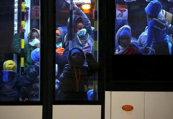 Inmigrantes procedentes de un centro de detención libio camino del aeropuerto de Trípoli.