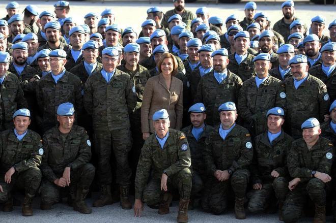 La ministra de Defensa, con las tropas desplegadas en la base Miguel de Cervantes.