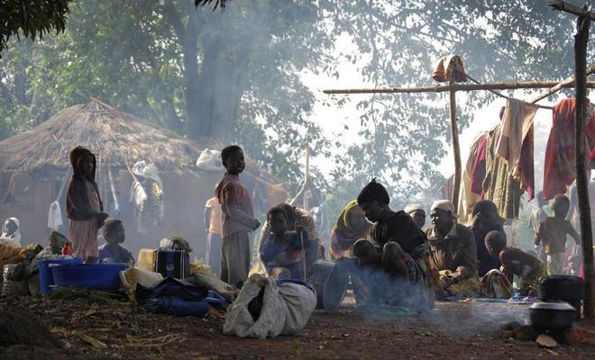 Un grupo de refugiados sursudaneses acampan en un pequeño pueblo al este de la República Democrática del Congo.