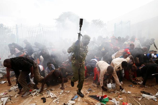 Varios kenianos se enfrentan a las fuerzas de seguridad durante la toma de posesión de Kenyatta .