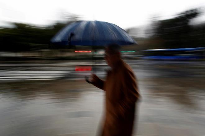 Un hombre se protege de la lluvia el pasado miércoles en A Coruña.
