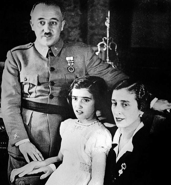 Carmen Franco, junto a sus padres.