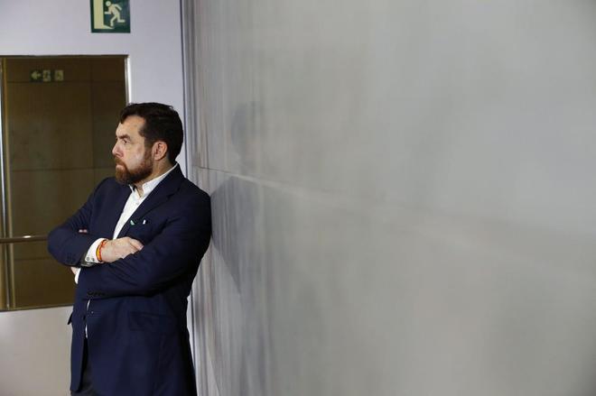 El diputado de Ciudadanos Miguel Gutiérrez escucha al presidente de...