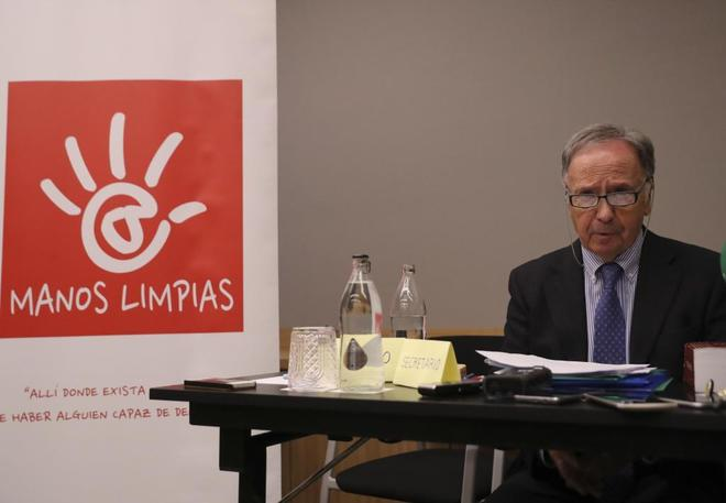 El secretario general de Manos Limpias, Miguel Bernad, en la rueda de...