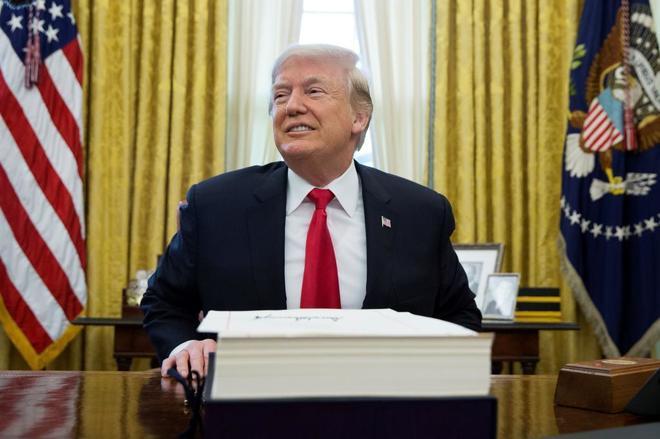 El presidente estadounidense, Donald Trump, tras firmar la reforma fiscal el pasado 22 de diciembre.