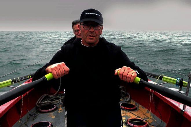 El coruñés Jorge Pena, 57 años, en el bote con el que está cruzando el Atlántico. Detrás asoma su compañero, que tuvo que abandonar. Recorrerá 5.550 kms a remo