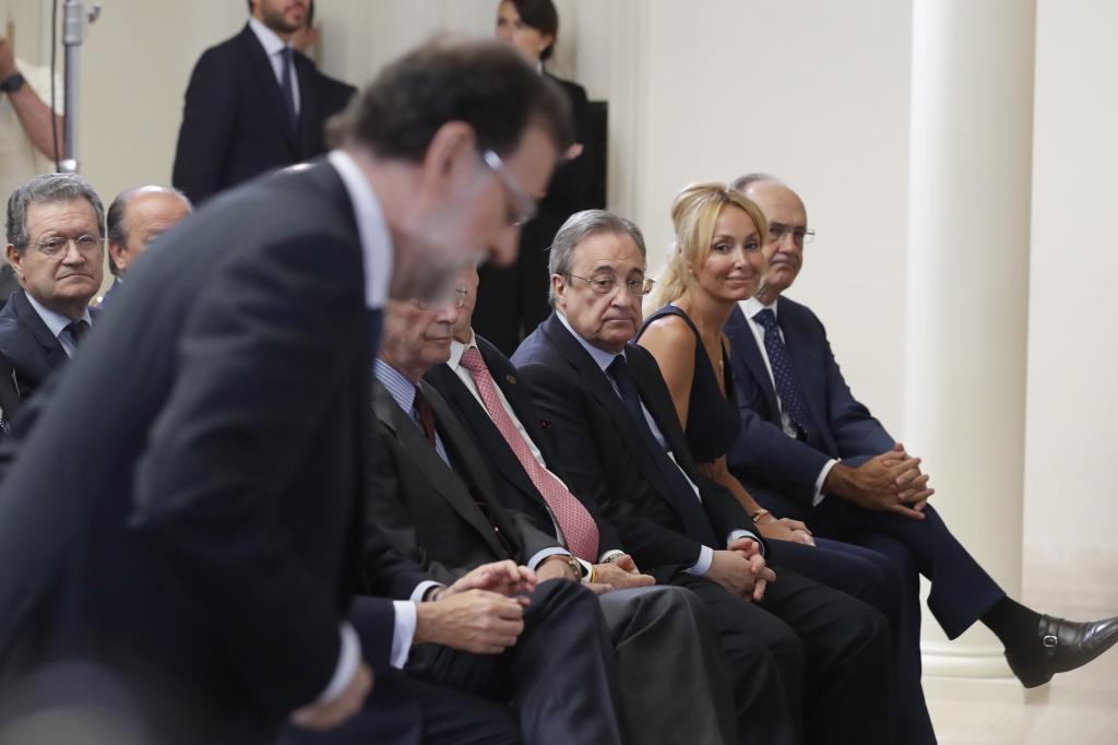 Mariano Rajoy, toma asiento en presencia del presidente de ACS, Florentino Pérez, en Moncloa.