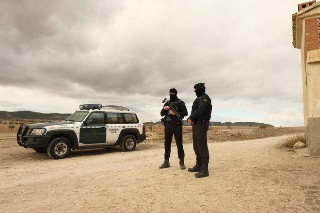 Dos guardias civiles en la entrada del camino a la finca de Albalate...