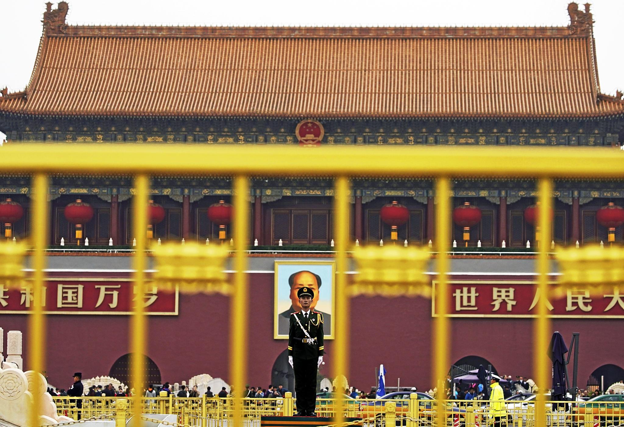 Un policía frente a un retrato gigante de Mao Zedong en la puerta de Tiananmen antes del pasado Congreso del PCC.