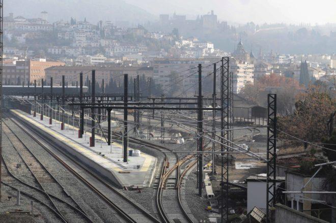 Vías de entrada a la estación de ferrocarril de la ciudad de Granada con la catenaria del AVE ya instalada.