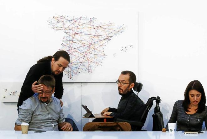 Iglesias saluda a Domènech antes de la rueda de prensa para explicar su idea de país plurinacional, el pasado 30 de octubre, ante Echenique y Montero.