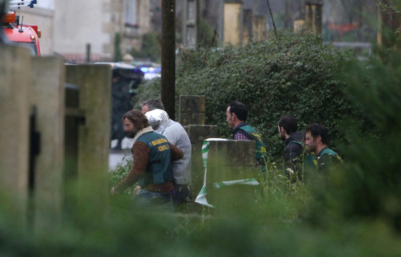 Agentes de la Guardia Civil se llevan al detenido, José Enrique...