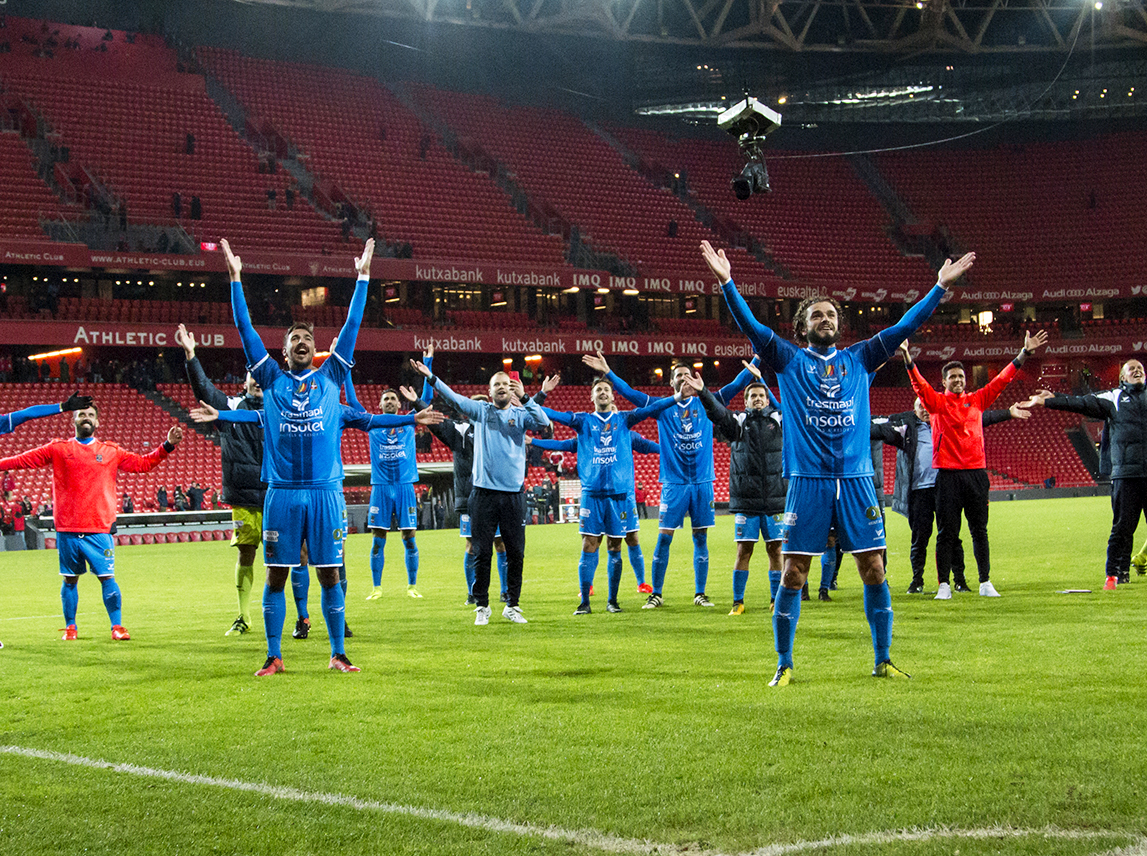 Los jugadores del Formentera, celebrando en San Mamés la clasificación para la siguiente ronda de la Copa del Rey.