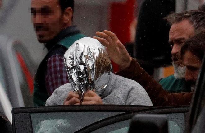 José Enrique Abuín, 'El Chicle', con la cabeza cubierta, ayer, en el...