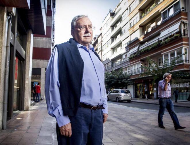 Imagen de archivo: Joaquín Leguina caminando por las calles de Bilbao.