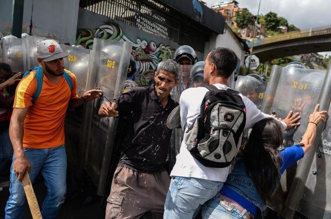 Muere de un disparo una mujer embarazada durante una protesta por comida en Caracas