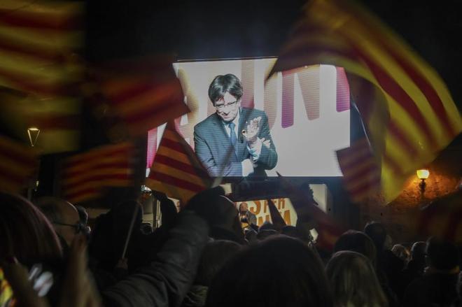 El ex presidente Carles Puigdemont interviene por videoconferencia...