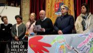 El alcalde de Rianxo, Adolfo Muíños, lee un comunicado de repulsa...