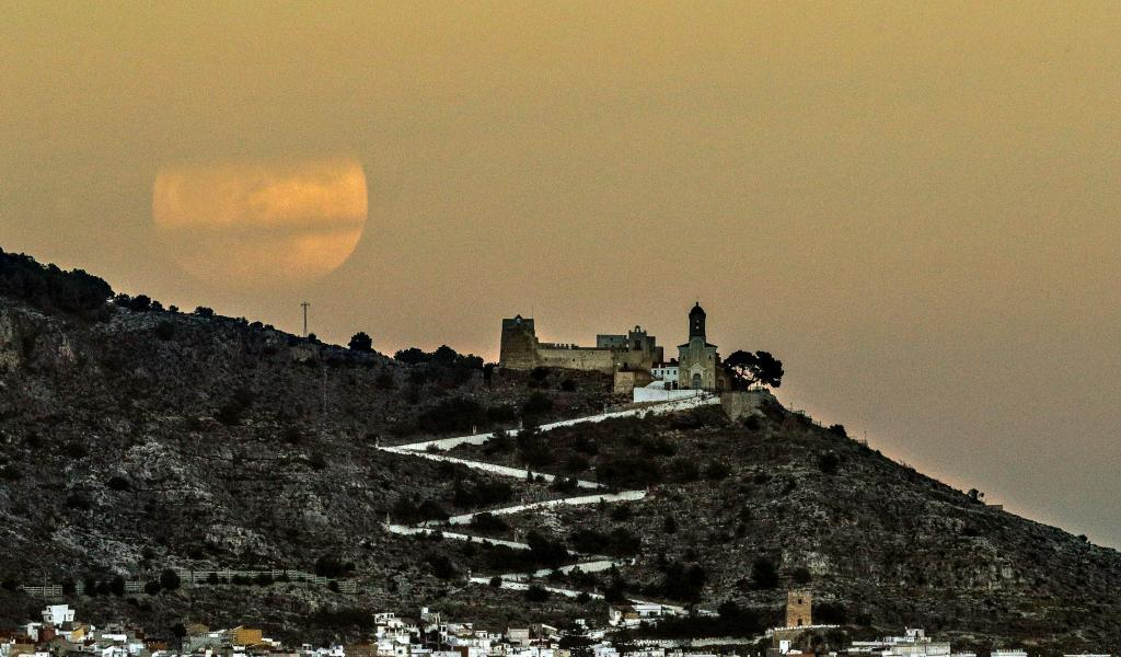 Tras el castillo de la localidad valenciana de Cullera. MANUEL BRUQUE...
