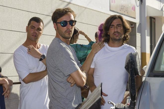 Los hijos de Ángel Nieto y su sobrino Fonsi, en el tanatorio de Ibiza este verano tras la muerte del ex piloto.
