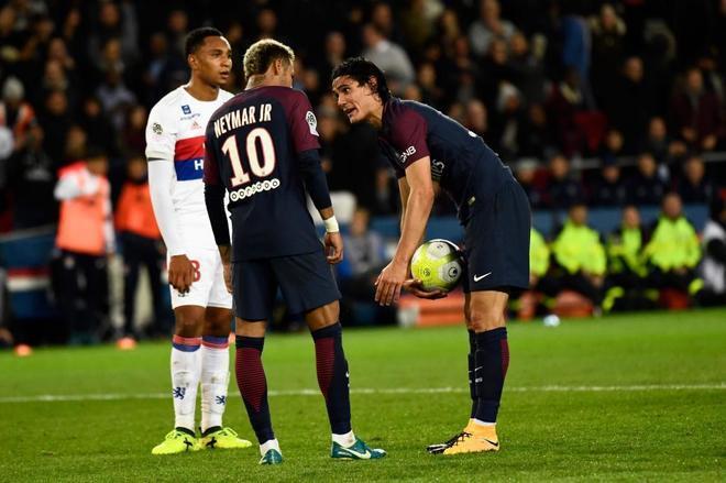 Neymar y Cavani, discutiendo por el lanzamiento de un penalti en uno de los partidos de esta temporada.