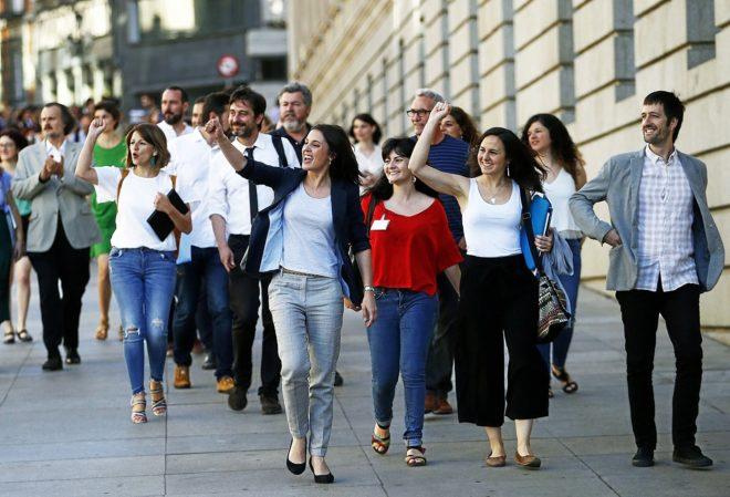 Irene Montero e Ione Belarra junto a otros diputados y diputadas de...