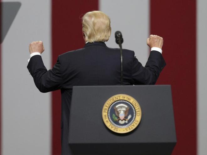 El presidente estadounidense, Donald Trump, da la espalda durante un discurso en Huntsville, Alabama (EE.UU).