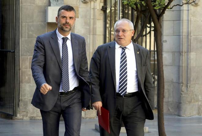 Los ex consejeros de Cultura de la Generalitat, Santi Vila (izda) y...