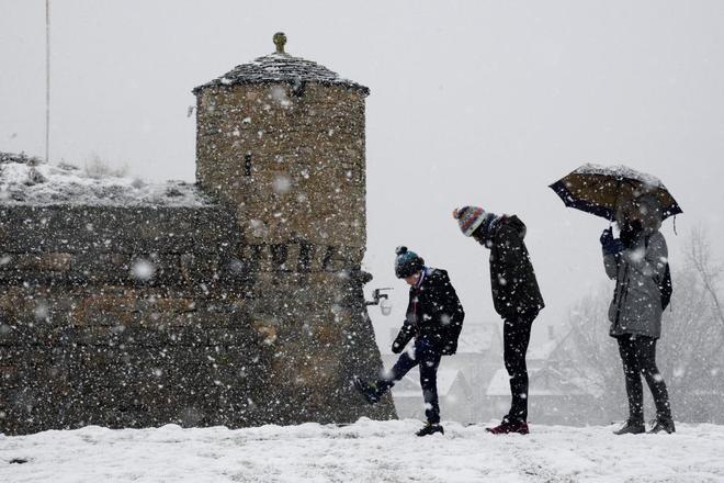 Varias personas juegan con la nieve en la zona de la Ciudadela en Jaca