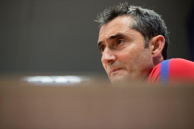 El entrenador del FC Barcelona, Ernesto Valverde, al inicio de la...
