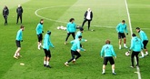Los jugadores del Real Madrid, ayer, ejercitándose en la Ciudad...