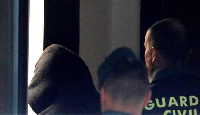 José Enrique Abuín llega, encapuchado, al juzgado de Ribeira (A Coruña).