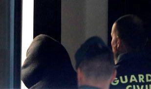José Enrique Abuín llega, encapuchado, al juzgado de Ribeira (A...