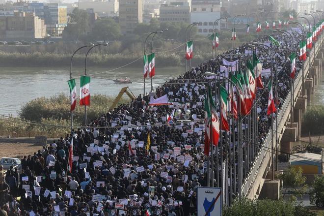 Iraníes participan en una concentración de apoyo al gobierno en Ahvaz (Irán).