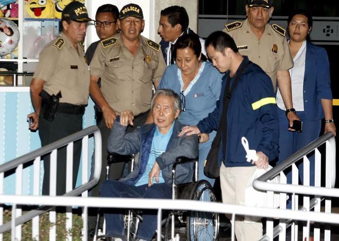 El ex presidente peruano Alberto Fujimori abandonando la clínica Centenario de Lima.