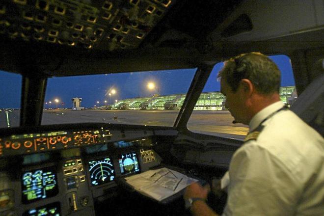 Un piloto en la cabina de un avión en el aeropuerto de Barajas, Madrid