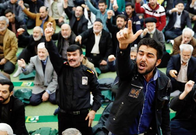 Iraníes corean consignas contra los activistas antigubernamentales y EEUU, este viernes, en Teherán.