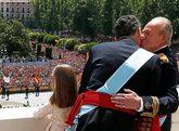 Don Juan Carlos besa a Don Felipe durante su coronación