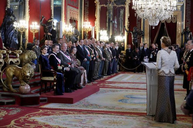 Los Reyes de España y los Reyes eméritos escuchan el discurso de la...