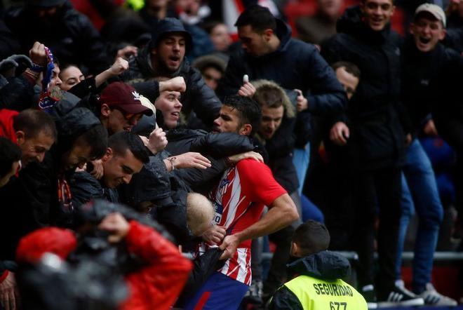 Diego Costa, celebrando su gol con el público, antes de la expulsión.