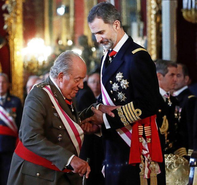 Don Felipe ayuda a Don Juan Carlos durante la Pascua Militar