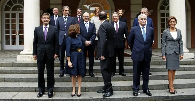 Rajoy y Sáenz de Santamaría, de espaldas, junto a todo su gabinete...