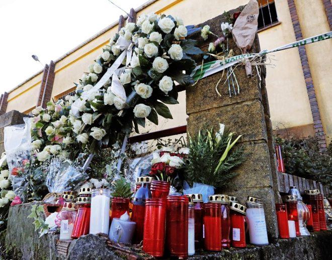 Flores y velas en la nave donde se halló el cuerpo de Diana Quer