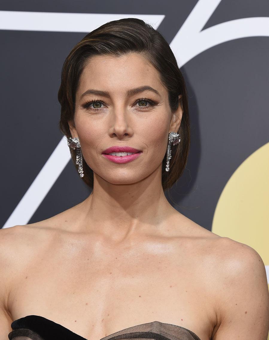 La actriz luce un 'look' de lo más sofisticado con un moño años 50 con ondas al agua y los labios en rosa pastel.